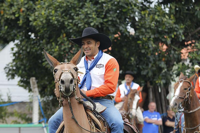Artur organiza a cavalgada para homenagear seu pai