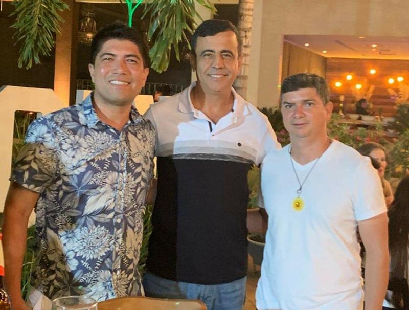 Éder Duarte entre os ex-jogadores Sandro Hiroshi e Anaílson