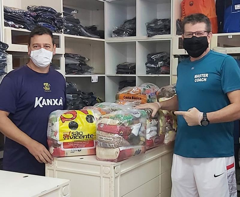 Zé Luiz e Caetano com parte das cestas básicas da campanha do grupo