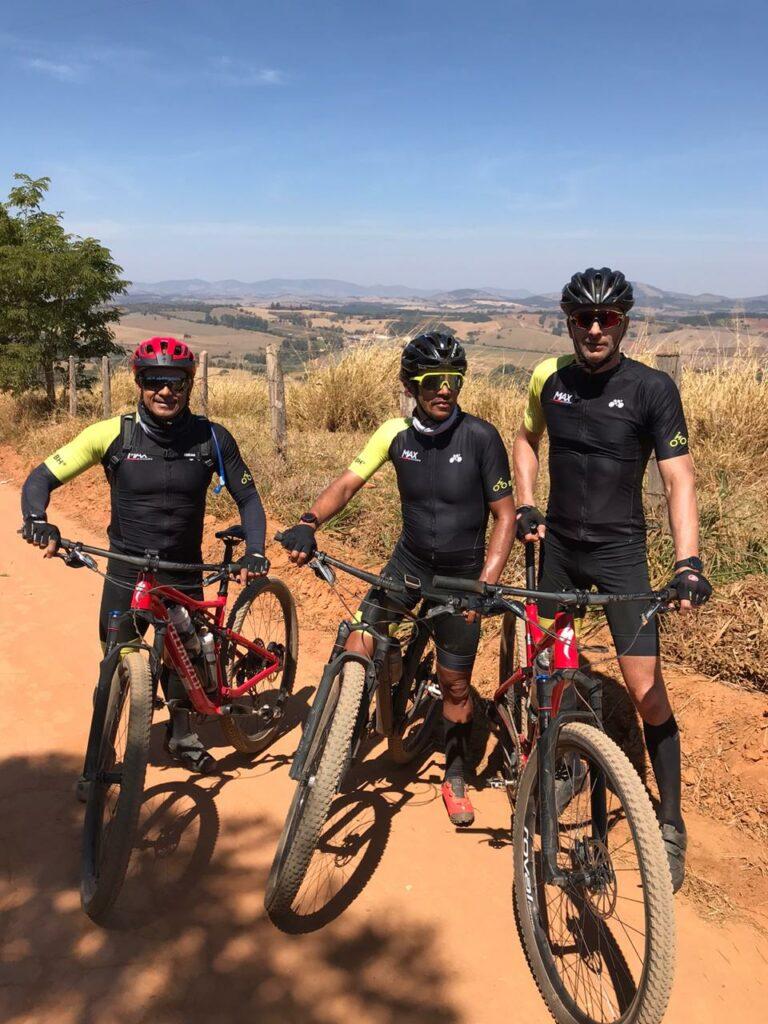 Artur, Maxwell e Giovanni durante percurso na montanha