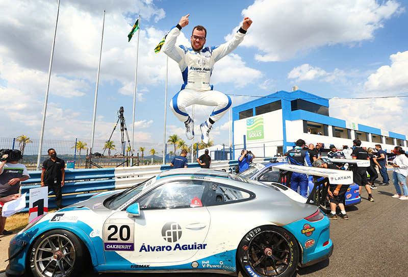 Pedrinho festeja vitória no autódromo de Goiânia