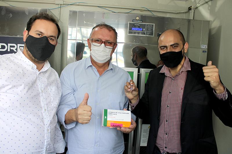 Franco, Odir e Danilo acompanharam chegada das primeiras doses