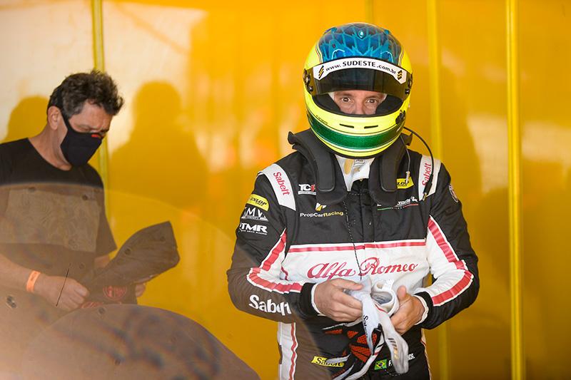 Casagrande nos boxes do autódromo em Rivera: vice-liderança da Trophy (Foto: Duda Bairros | Divulgação)