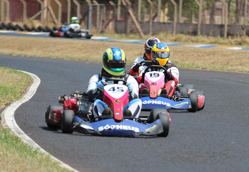 Rafael, entre Pitoli e Marusso, venceu a rodada no  Pinheirinho